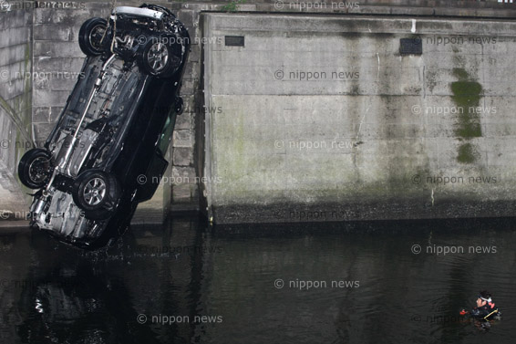 欄干突き破り日本橋川に車転落、運転手の男性死亡