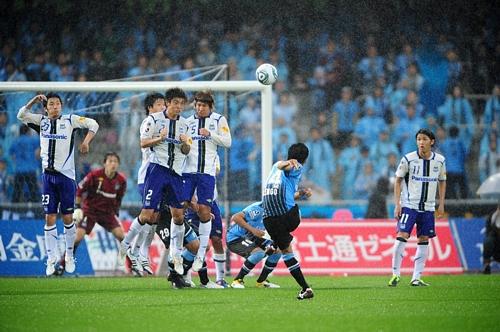 Kengo Nakamura scores in the 93rd minute to beat Gamba Osaka.