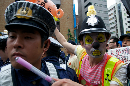 (English) Anti-Nuclear protesters march through the streets of Shinjuku