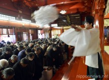 Japanese Businessmen Pray for Better Business in 2013