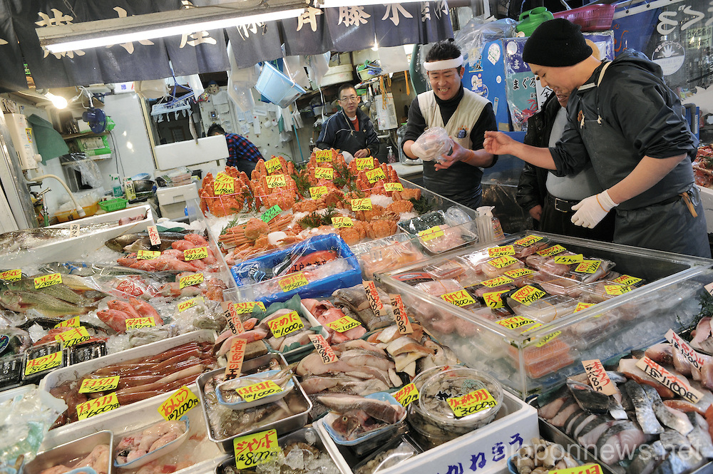 A look into tsukiji fish market nippon news editorial for Tokyo fish market