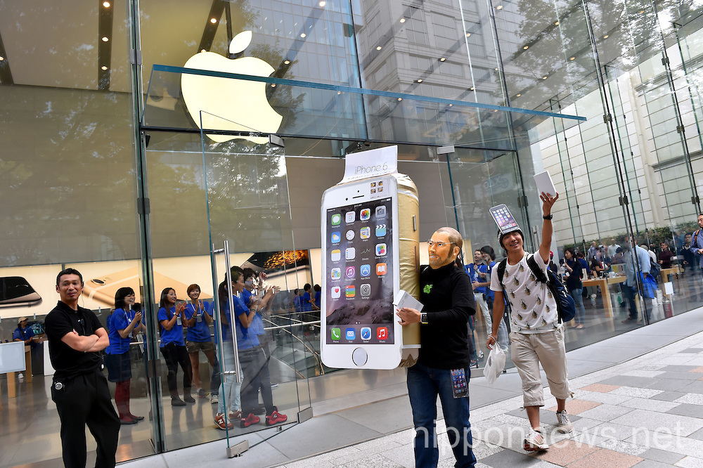 Apple iPhone 6 Goes on Sale in Tokyo