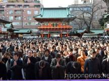 Japanese Workers Pray for a Successful 2015