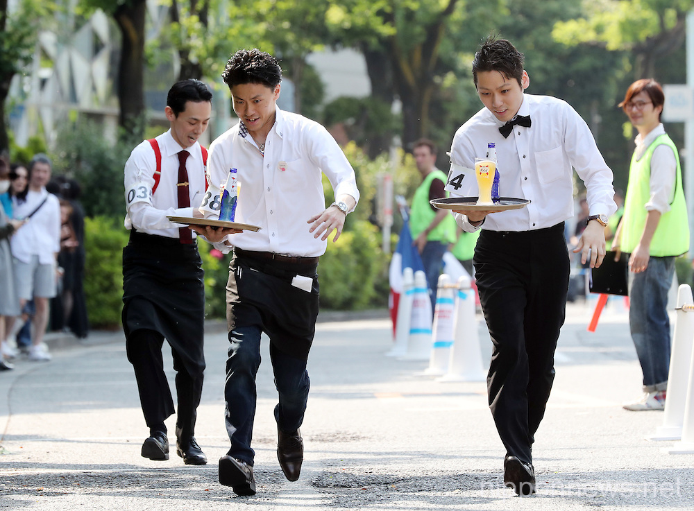 Tokyo waiters compete in beer tray race
