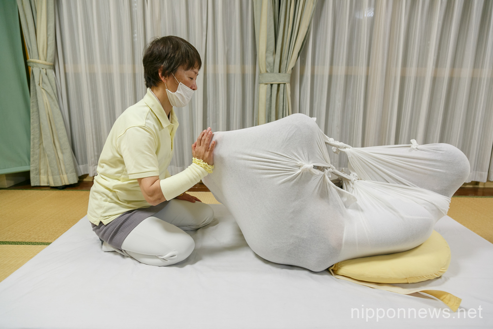 Otonamaki (adult wrapping) relaxation therapy