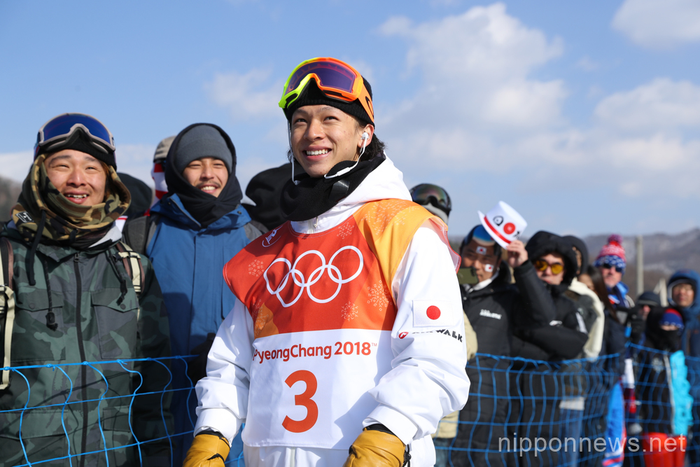 Ayumu Hirano and Shaun White compete at Halfpipe Qualifying
