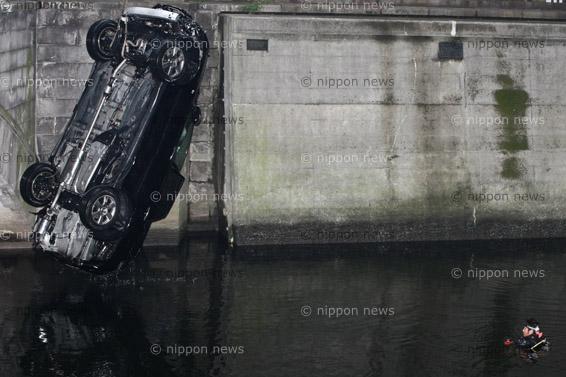 Fatal car accident on Nihonbashi river