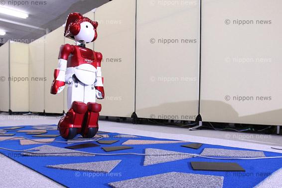 Hitachi EMIEW2 can hear youHitachi EMIEW2 can hear you次世代ロボット実用化プロジェクト「EMIEW2」日立製作所