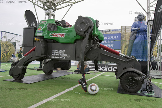 The world's fastest kicking machineThe world's fastest kicking machineフリーキックマシンカストロール1号