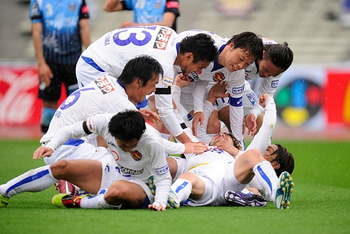 Vegalta Sendai players celebrate