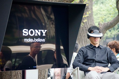 (English) Sony's Personal 3D Viewer HMZ-T1