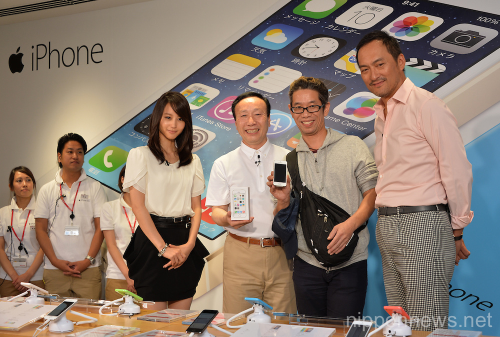 Docomo shops starting to sell the new iPhone 5s and 5c
