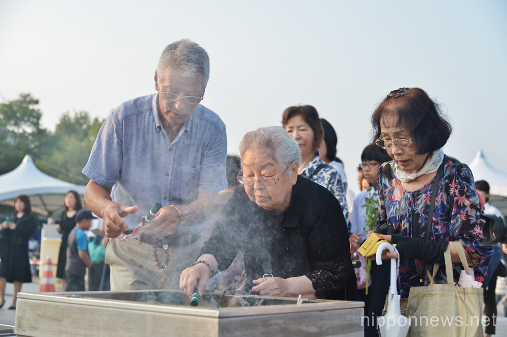 August 6, 2015, Hiroshima, Japan : People pray for the atomic bomb victims at Hiroshima Peace Memorial Park marking the 70th anniversary of the atomic bombing in Hiroshima, Japan, on August 6, 2015. (Photo by AFLO)