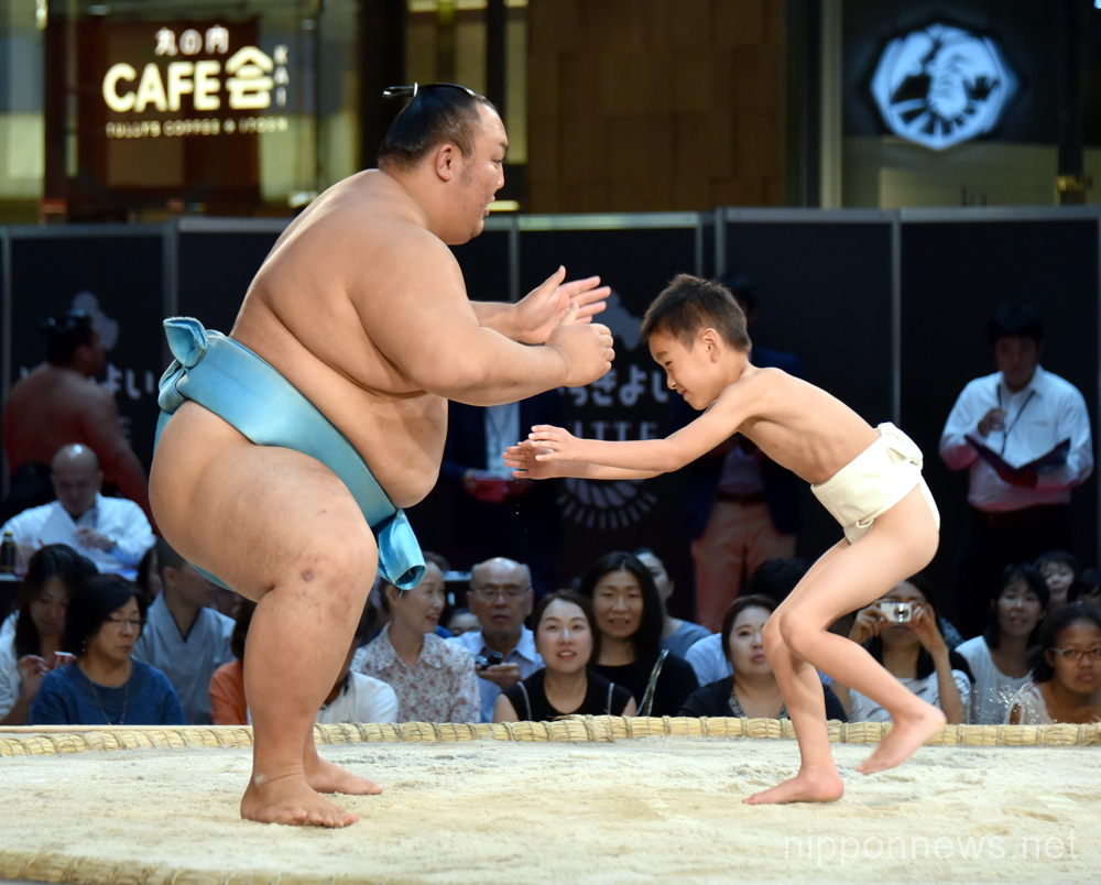 Hakkiyoi KITTE Sumo event in Japan Post building