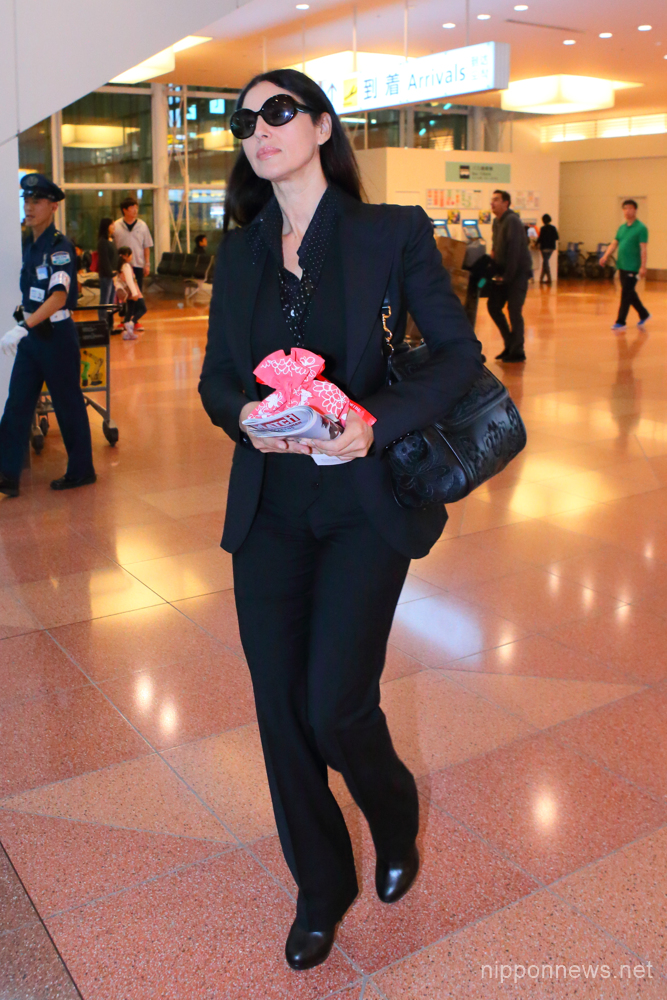 Italian actress Monica Bellucci arrives at Tokyo International Airport in Tokyo, Japan on October 11, 2016. (Photo by AFLO)