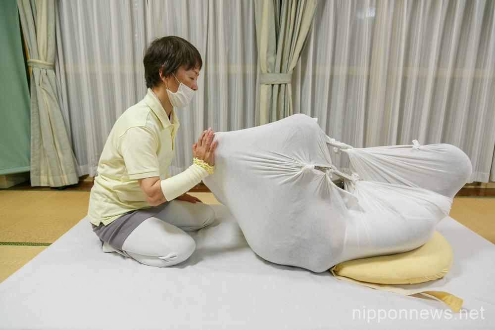 Otonamaki (adult wrapping) relaxation therapy