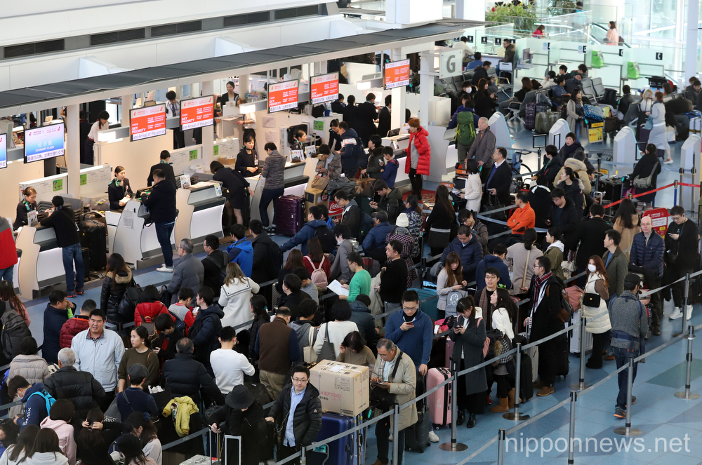Crowds for New Year at Haneda airport